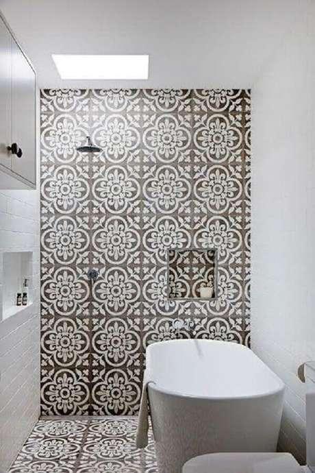 39. Banheiro com revestimento hidráulico nas paredes e piso