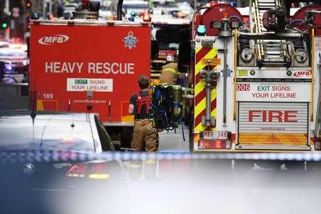 Homem esfaqueia pedestres e explode carro em Melbourne