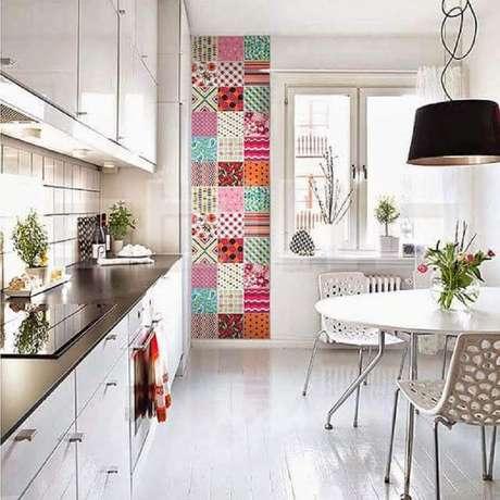 10. Decoração clean com ladrilhos para cozinha em apenas uma pequena parte da parede.