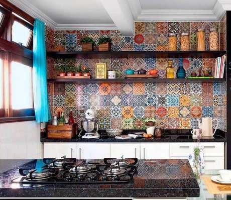 27. Cozinha pequena e simples decorada com revestimento de ladrilho hidráulico