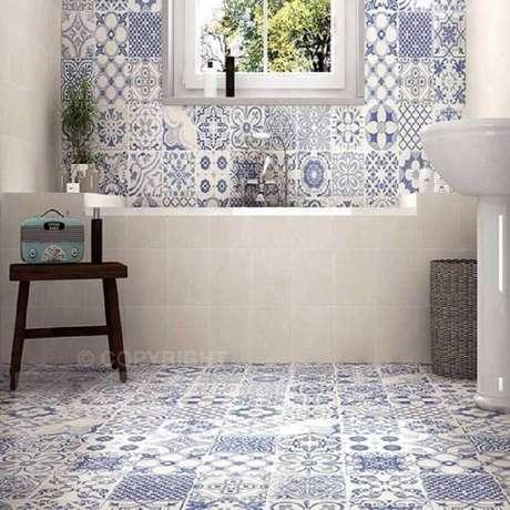 14. Decoração com ladrilho hidráulico para banheiro bem clean e claro.