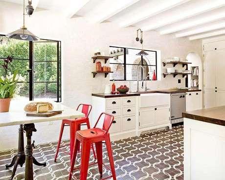 24. Linda inspiração de cozinha clean decorada com piso hidráulico