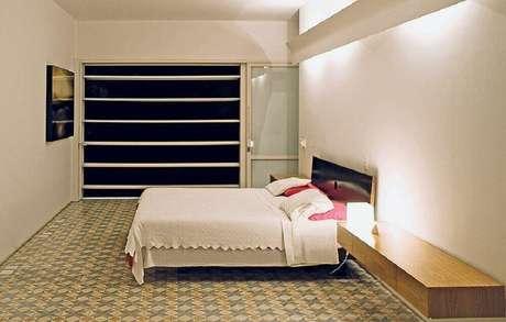 36. Decoração de quarto de casal simples com piso hidráulico