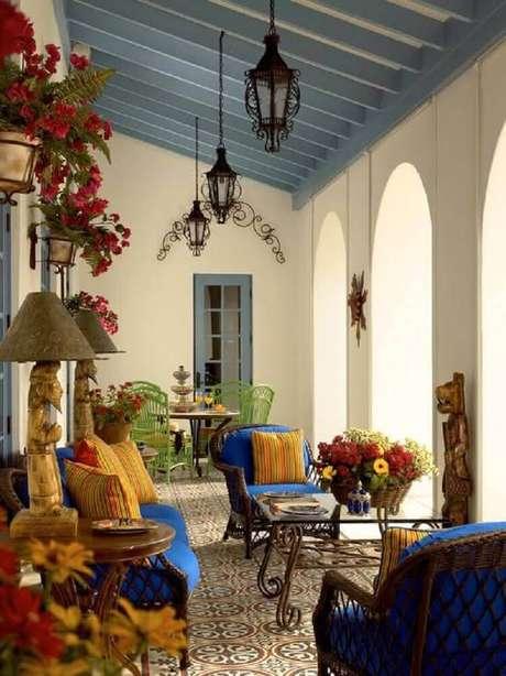 19. Linda inspiração de varanda decorada com estilo clássico e com piso hidráulico