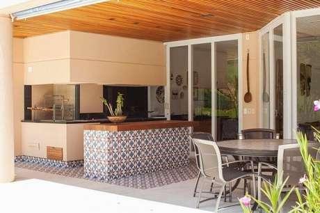 20. A varanda com estilo mais moderno também pode receber um revestimento hidráulico
