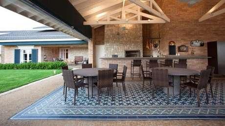 21. Lindo modelo de piso hidráulico para incrementar a decoração da varanda