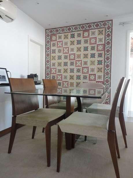 23. A parede da sala de jantar foi emoldurado com um lindo modelo de revestimento hidráulico
