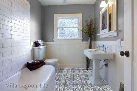 50. Decoração de banheiro clean com piso hidráulico e ladrilho de metrô