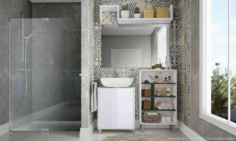 38. Ladrilho hidráulico para banheiro com decoração moderna em tons de cinza