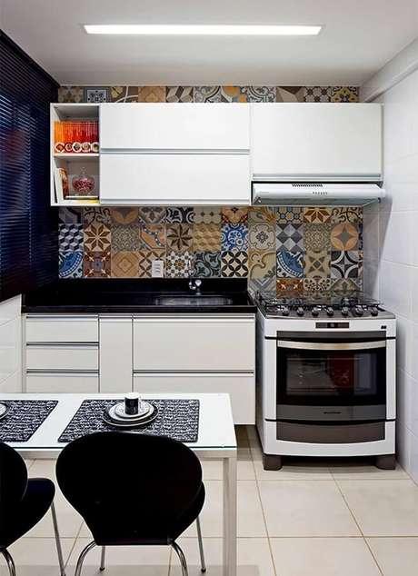 32. A decoração de cozinha pequena também pode receber um revestimento hidráulico