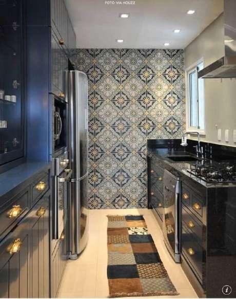 41. Linda cozinha planejada com revestimento de ladrilho hidráulico