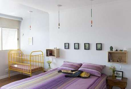 14- No cômodo compartilhado diversos quadros em dimensões pequenas foram colocados na cabeceira da cama. Fonte: Biju Decoração Reuso