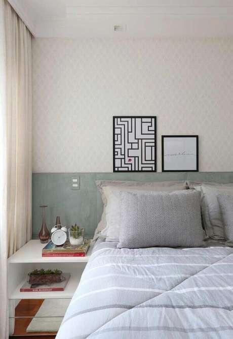 12- Os quadros para quarto foram apoiados em moldura de parede. Fonte: Pinterest