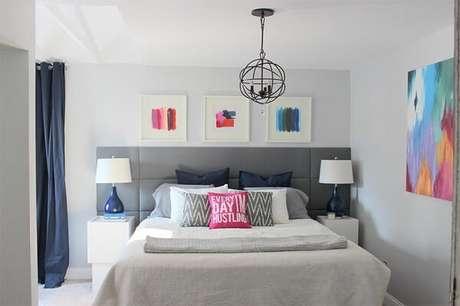 32- No dormitório foram utilizados três quadros pequenos sobre a cabeceira da cama e um quadro grande na parede lateral. Fonte: Limaonagua