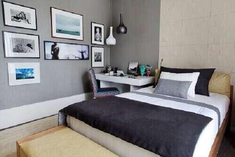 42- A parede de quadros para quarto tem peças fixadas de forma assimétrica. Fonte: Pinterest
