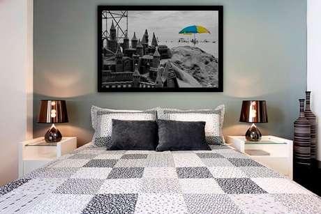 1- As molduras dos quadros para quarto devem acompanhar o estilo da imagem. Fonte: The Holk