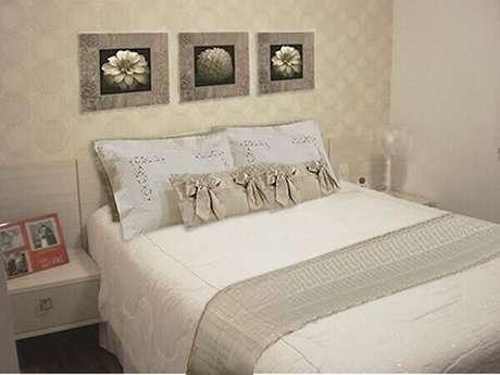10- O dormitório tem um trio de quadros para quartos em tons metálicos. Fonte: Eflfurniture