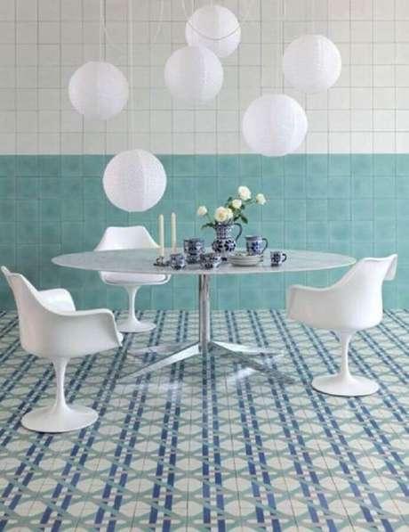 48. Decoração de sala de jantar com piso hidráulico e luminária com bolas brancas