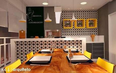 37. Varanda gourmet decorada com tons de laranja e revestimento hidráulico nas paredes