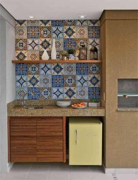 22. Varanda gourmet decorada com ladrilho hidráulico