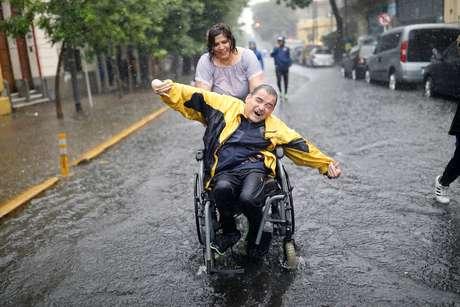 As vias de acesso a La Bombonera, na Argentina, ficaram alagadas também, assim como o gramado do estádio