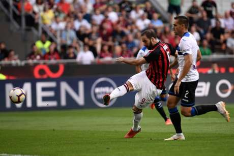Higuaín tem sete gols em 12 partidas pelo Milan (Foto: MARCO BERTORELLO / AFP)