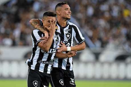 Botafogo bate o Flamengo por 2 a 1 no Engenhão e se distancia da zona de rebaixamento