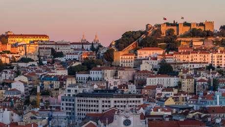 Áreas históricas como Alfama, em Lisboa, atraem cada vez mais interessados, mas investimentos vêm cada vez mais se descentralizando, para onde há preços menores