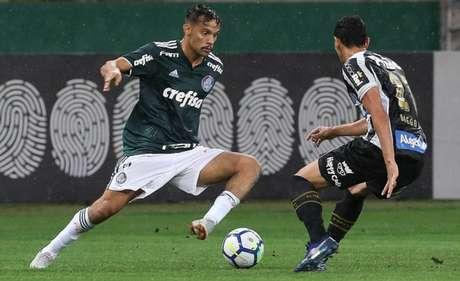 Gustavo Scarpa jogou os 90 minutos da vitória sobre o Santos e deve ter sequência (Foto: Cesar Greco)