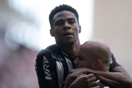 Elias abraça Fábio Santos para comemorar o gol do Atlético-MG na partida
