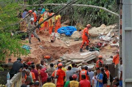Desmoronamento no Morro da Boa Esperança, na Estrada Francisco da Cruz Nunes, em Piratininga, Niterói, Região Metropolitana do Rio, neste sábado, 10, deixa mortos e feridos