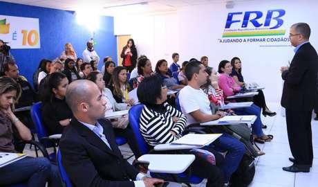 Curso de politíca para alunos de idiomas FRB