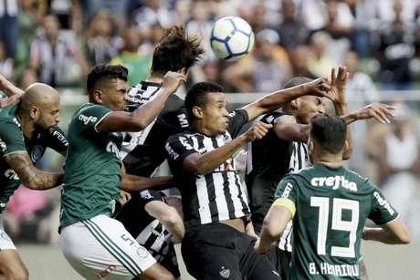 Atlético-MG saiu na frente com Elias, mas o Palmeiras foi buscar o empate com Bruno Henrique de pênalti e ficou tudo igual no Horto: 1 a 1