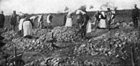 Mulheres sérvias enterrando os mortos, o saldo final do trágico atentado de 1914