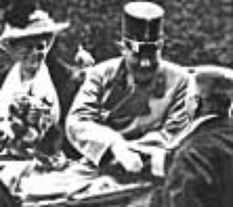 O arquiduque e sua esposa um pouco antes do atentado