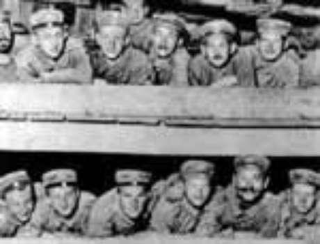Soldados alemães nas galarias, como sardinhas a espera da rede