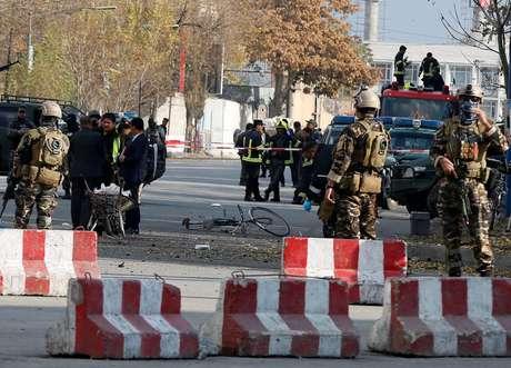 Policiais afegãos inspecionam local de explosão em Cabul 12/11/2018 REUTERS/Omar Sobhani