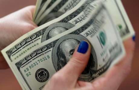 Mulher conta notas de dólar 28/08/2018 REUTERS/Marcos Brindicci