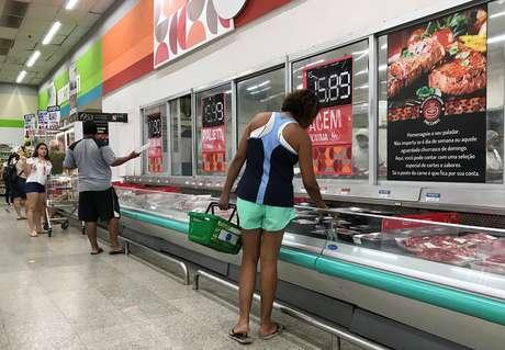Clientes fazem compras em supermercado do Rio de Janeiro 28/07/ 2018. REUTERS/Sergio Moraes