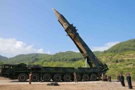 Imagem de divulgação do míssil balístico Hwasong-14, em Pyongyang 04/07/2017 KCNA/via REUTERS