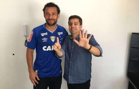 Diretor de futebol, Itair Machado, e Fred no dia da contratação do atacante que gerou o imbróglio jurídico- (Foto: Divulgação / Cruzeiro)
