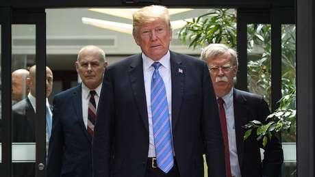 O conflito entre John Kelly (à esquerda) e John Bolton (à direita) seria o mais comentado na Casa Branca
