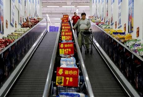Consumidores fazem compras em mercado em Pequim, na China 15/10/2015   REUTERS/Kim Kyung-Hoon