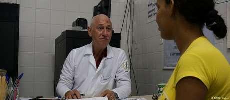 Médico cubano atende paciente em Lagarto