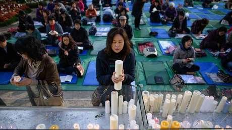 Pais vão a templos rezar pelos filhos que estão fazendo a prova