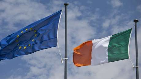 Bandeiras da UE e irlandesa; ponto mais difícil da negociação é como ficará a fronteira entre República da Irlanda e Irlanda do Norte