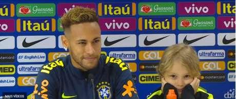 Neymar concedeu entrevista coletiva ao lado do filho Davi Lucca (Foto: Reprodução/ CBF TV)
