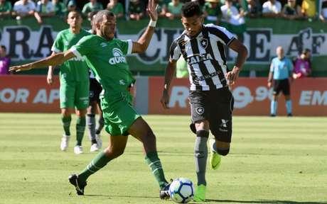 Botafogo esperou pelo momento do contra-ataque e foi mais feliz neste sábado (Renato Padilha/AGIF)