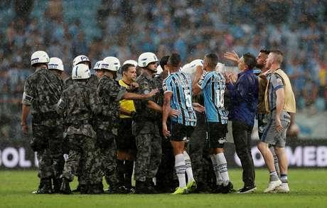 Árbitro Andres Cunha é protegido pela polícia após Grêmio x River Plate pela semifinal da Libertadores