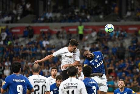 Danilo Avelar e Manoel cabeceiam a bola